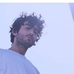 Symon nous invite en soirée jusqu'à l'aube dans son nouveau clip « Temps de partir »